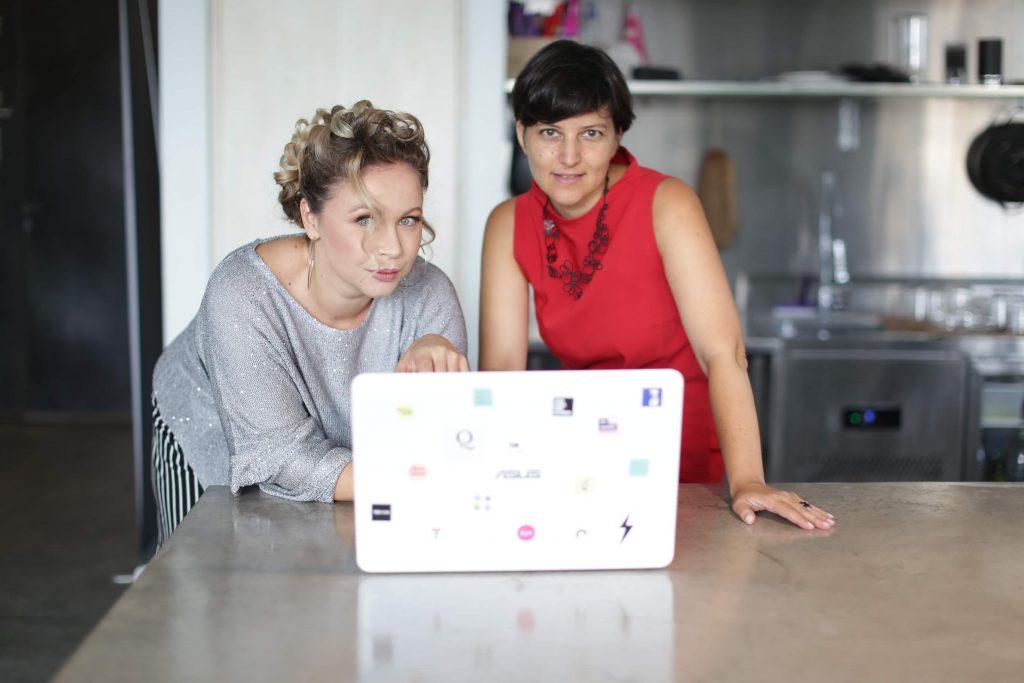 שתי נשים עובדות במחשב