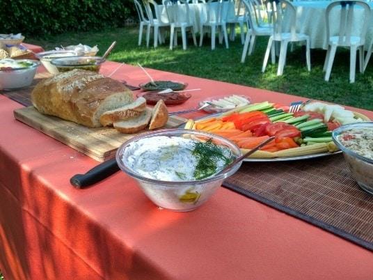 שולחן עם אוכל