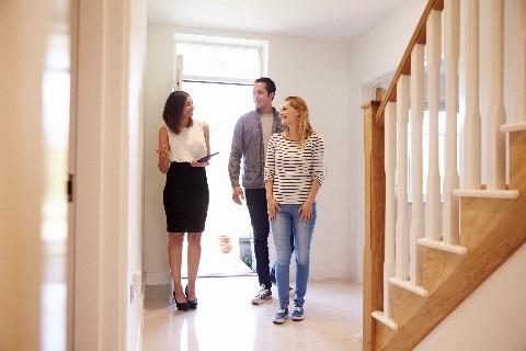 זוג מתרשם מבית למכירה