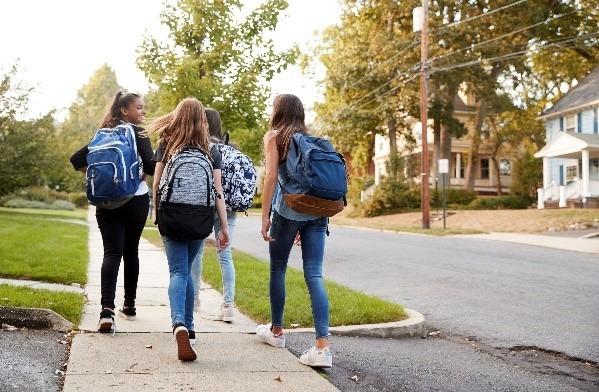 תלמידות בדרך לבית ספר